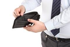 Homem que mostra sua carteira vazia imagem de stock