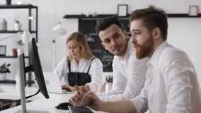 Homem que mostra Team Work Plan na reunião de negócios da discussão no escritório criativo