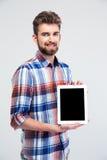 Homem que mostra a tela de tablet pc vazia fotos de stock royalty free