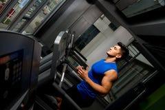 Homem que movimenta-se em um gym Imagens de Stock Royalty Free