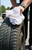 Homem que muda um pneu Fotos de Stock
