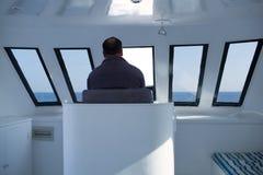 Homem que navega um barco Imagens de Stock