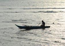Homem que navega um barco fotografia de stock