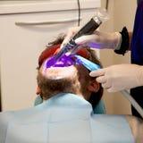 Homem que obtém a cirurgia dental e o tratamento do laser Imagem de Stock