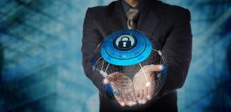 Homem que oferece serviços controlados seguros do armazenamento de dados  Imagens de Stock