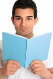 Homem que olha acima de um livro aberto fotos de stock