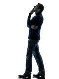Homem que olha acima o comprimento completo da silhueta pensativa Fotos de Stock