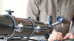 Homem que olha as estrelas com telescópio vídeos de arquivo