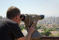 Homem que olha através do telescópio do ponto de vista. Imagens de Stock Royalty Free
