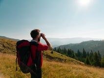 Homem que olha através dos binóculos Foto de Stock