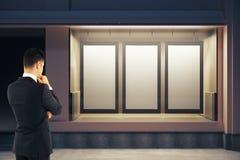 Homem que olha cartazes vazios Imagem de Stock