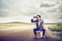 Homem que olha com binóculos Fotografia de Stock