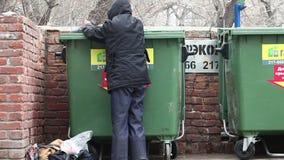 Homem que olha em um alimento do lixo filme