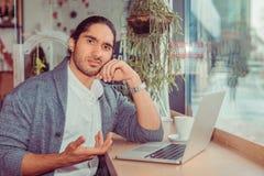 Homem que olha gesto de m?o frustrante na frente do computador imagens de stock royalty free