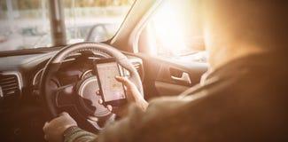 homem que olha GPS em seu telefone fotos de stock royalty free