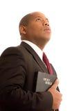 Homem que olha mantendo a Bíblia Imagem de Stock Royalty Free