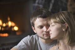 Homem que olha a mulher na casa Fotos de Stock Royalty Free