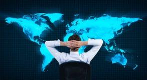 Homem que olha no mapa do mundo imagem de stock royalty free