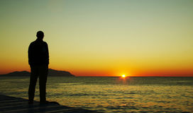Homem que olha no por do sol Foto de Stock