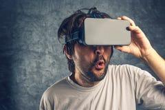 Homem que olha o índice 3d pornográfico virtual Foto de Stock