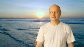 Homem que olha o calendário no fundo do litoral do por do sol Tela virtual do toque bem escolhido do período com calendário Féria filme