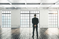 Homem que olha o interior Fotografia de Stock