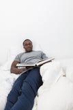 Homem que olha o livro Imagem de Stock Royalty Free