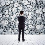Homem que olha o mecanismo Imagem de Stock