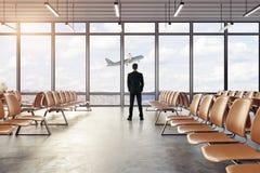 Homem que olha o plano do voo Fotografia de Stock