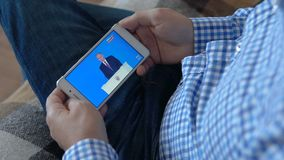 Homem que olha o presidente Putin vídeos de arquivo