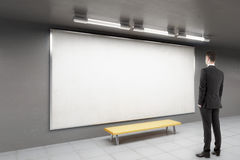 Homem que olha o whiteboard Fotos de Stock