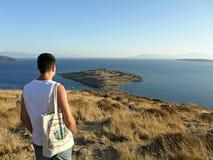 Homem que olha para fora ao mar Fotografia de Stock