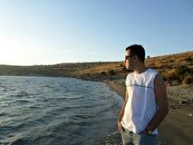 Homem que olha para fora o mar Imagem de Stock