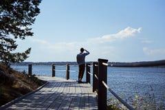 Homem que olha para fora sobre o arquipélago no verão foto de stock royalty free
