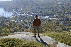 Homem que olha sobre Camden Harbor em Maine Foto de Stock Royalty Free