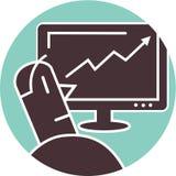 Homem que olha um gráfico crescente Foto de Stock Royalty Free