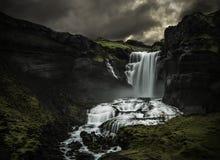 Homem que olha uma cachoeira fotografia de stock royalty free