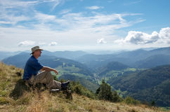 Homem que olha a vista alpina fotos de stock royalty free