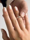 Homem que põr o anel de diamante sobre o dedo da mulher Imagens de Stock
