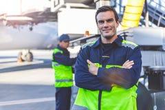 Homem que parte que localiza no airdrome Fotos de Stock