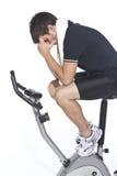 Homem que pedal bicicletas estacionárias foto de stock royalty free