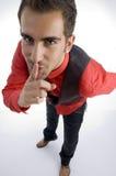 Homem que pede para manter-se silencioso Imagem de Stock