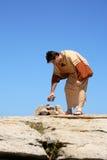 Homem que pegara a rocha - pecado Foto de Stock Royalty Free