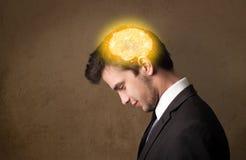 homem que pensa com ilustração de incandescência do cérebro Fotos de Stock Royalty Free
