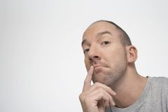 Homem que pensa com o dedo nos bordos foto de stock royalty free