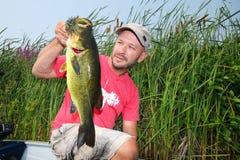 Homem que pesca o baixo Largemouth Imagens de Stock