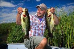 Homem que pesca o baixo Largemouth fotos de stock