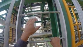 Homem que pisa na escada na planta industrial video estoque