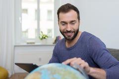 Homem que planeia as suas próximas férias Foto de Stock Royalty Free