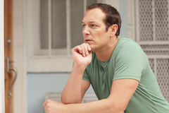 Homem que pondering na borda imagem de stock